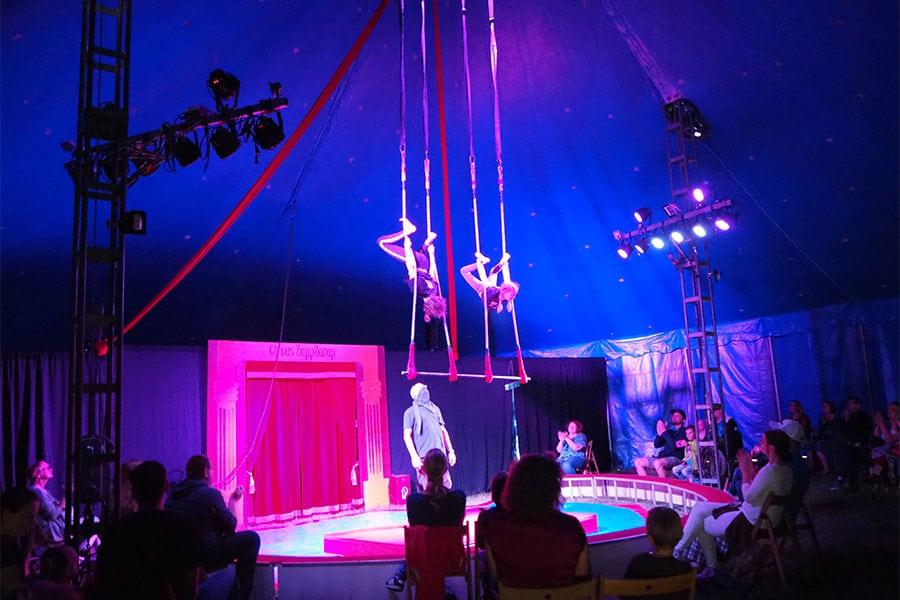 Akrobaten im medl-Mitmach-Zirkus