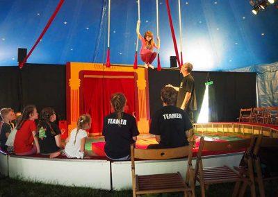 Akrobatikübung im Zelt