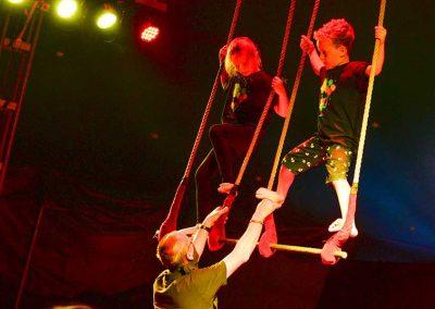 Kleine Akrobaten im Zelt