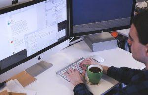 Angestellter bei der Arbeiter am Computer